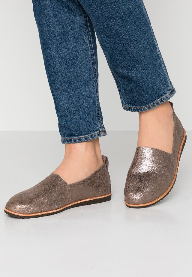 ELLA  - Loaferit/pistokkaat - ash brown