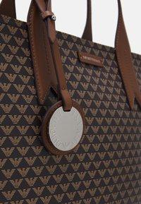 Emporio Armani - FRIDASHOPPING BAG - Handbag - moro/ecru/tabacco - 4