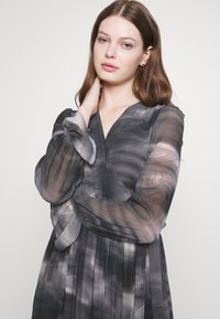 NA-KD - TIE DYE MIDI PLEATED DRESS - Denní šaty - black - 3