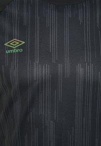 Umbro - PRO TRAINING ELITE GRAPHIC - Print T-shirt - black/carbon - 2