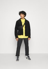 Karl Kani - SMALL SIGNATURE WASHED TEE UNISEX - T-shirt imprimé - light yellow - 1