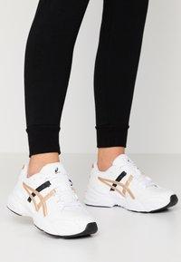 ASICS SportStyle - GEL-BND - Sneakersy niskie - white/champagne - 0