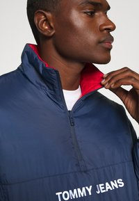 Tommy Jeans - REVERSIBLE RETRO POPOVER - Light jacket - twilight navy - 6