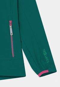 TrollKids - GIRLS KVALVIKA - Soft shell jacket - smaragd/pink - 2