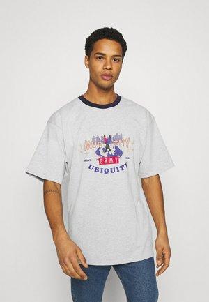 UBIQUITY HEAVY WEIGHT TEE - Print T-shirt - grey