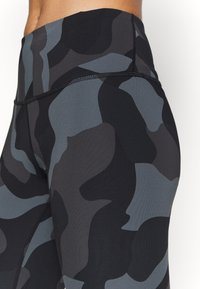 Under Armour - RUSH CAMO LEGGING - Collants - black