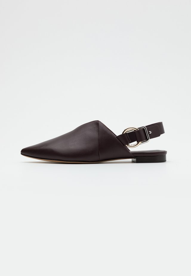 DEANNA  FOLDED POINTY FLAT - Mocasines - wine