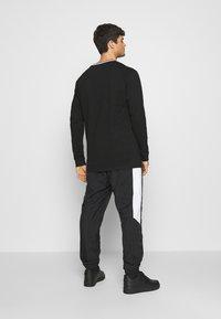 Karl Kani - SERIF LONGSLEEVE - Long sleeved top - black - 2