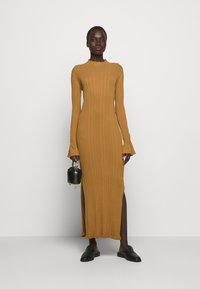Holzweiler - HADELAND DRESS - Sukienka dzianinowa - light brown - 1
