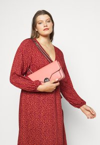 Guess - BELLE ISLE XBODY FLAP - Kabelka - coral - 1