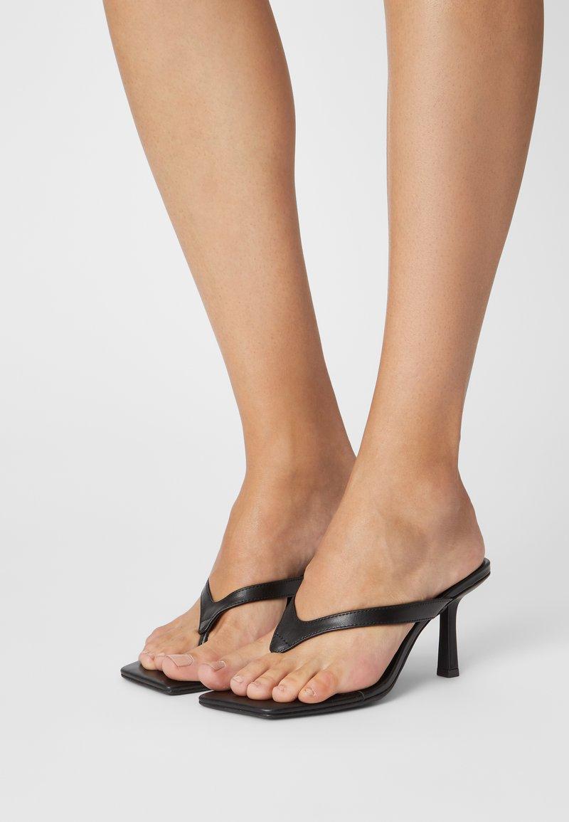 Monki - Sandalias de dedo - black
