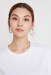 KIOMI - T-shirt basic - white/rusted orange - 4
