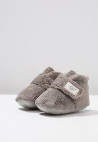UGG - BIXBEE AND LOVEY - Babyschoenen - charcoal - 3