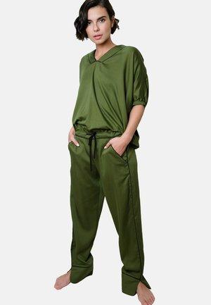 Yöasusetti - military green