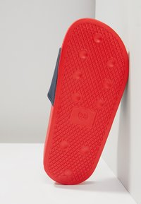 Levi's® - POOL 02 - Pool slides - red/navy - 4