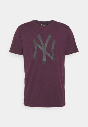 NEW YORK YANKEES MLB SEASONAL TEAM LOGO TEE - Klubové oblečení - purple