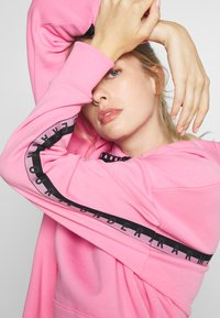Under Armour - FLEECE HOODIE TAPED WM - Jersey con capucha - lipstick/black - 3