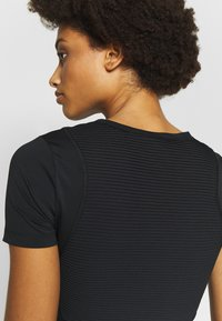 Nike Performance - AEROADPT CROP TOP - T-shirt print - black/metallic silver - 3