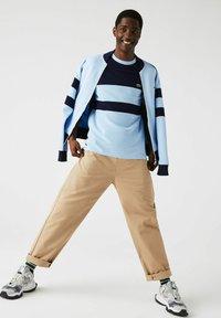 Lacoste - Print T-shirt - bleu marine / bleu clair - 0