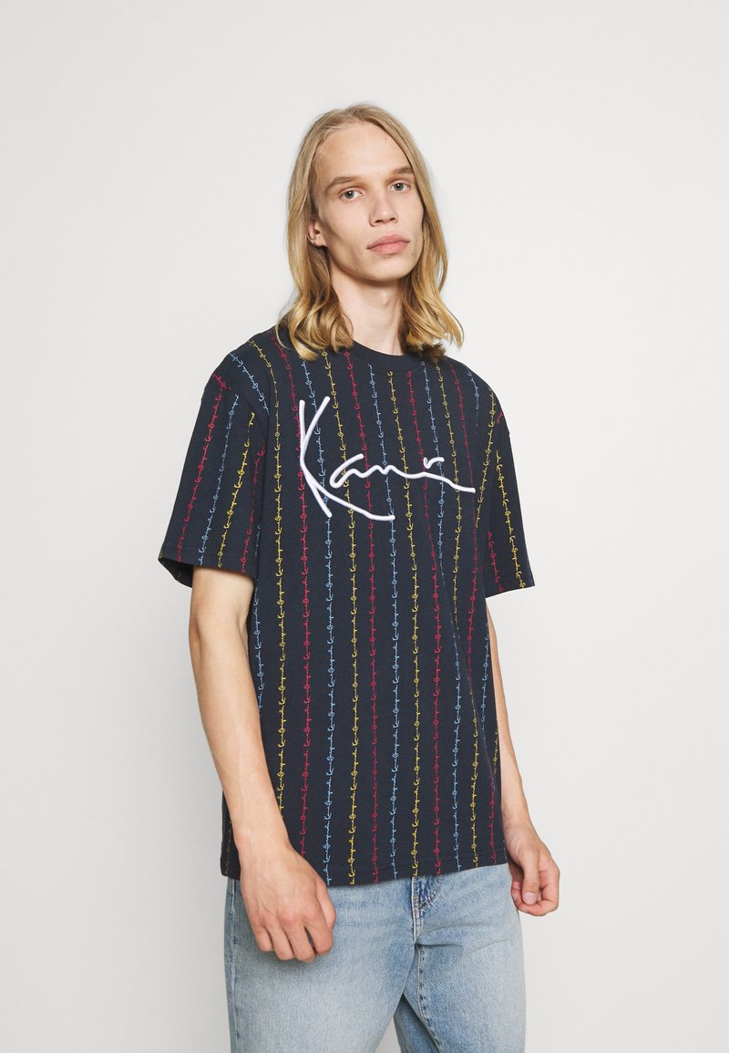 Karl Kani - UNISEX SIGNATURE LOGO PINSTRIPE TEE - Print T-shirt - navy