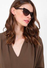 VOGUE Eyewear - GIGI HADID - Solbriller - brown gradient - 1