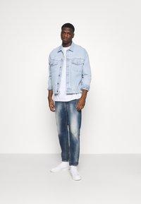 Diesel - D-VIDER - Relaxed fit jeans - medium blue - 1