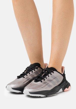 OZWEEGO HELMET CLOSED  - Sneakers laag - platin metallic/core black/grey two