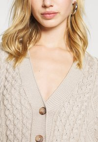 Milk it - MIXED CABLE CROPPED - Cardigan - cream - 5