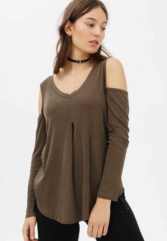 MIT SCHULTERFREIEM SCHNITT - Long sleeved top - olive