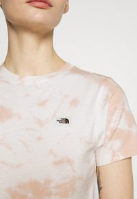 The North Face - NATURAL DYE TEE - T-shirts med print - evening sand/pink - 5