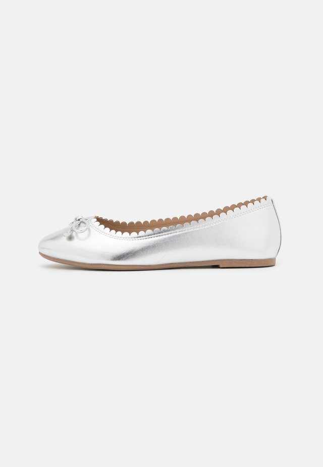 WIDE FIT PEACE SCALLOP  - Ballet pumps - silver