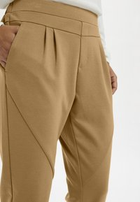 Cream - ANETT PANTS - Trousers - luxury camel - 3