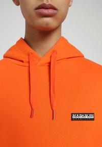 Napapijri - B-PATCH HOOD - Hoodie - orangeade - 4