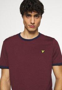 Lyle & Scott - RINGER  - Basic T-shirt - merlot/navy - 3