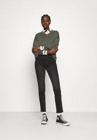 Wrangler - RETRO - Jeans slim fit - black track - 1