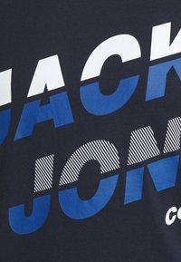 Jack & Jones - JCOALPHA TEE - Print T-shirt - navy blazer - 5