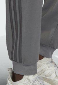 adidas Originals - BLOCKED POLY ORIGINALS SPRT COLLECTION TRACK PANTS - Träningsbyxor - grey - 2