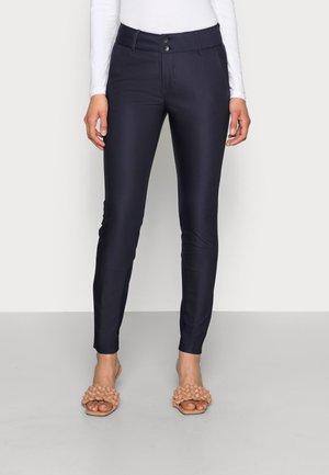 BLAKE NIGHT PANT SUSTAINABLE - Chino kalhoty - navy