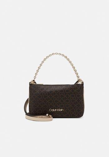 CROSSBODY CHAIN - Handbag - brown