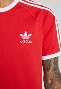 adidas Originals - 3 STRIPES TEE UNISEX - T-shirt z nadrukiem - lush red - 5