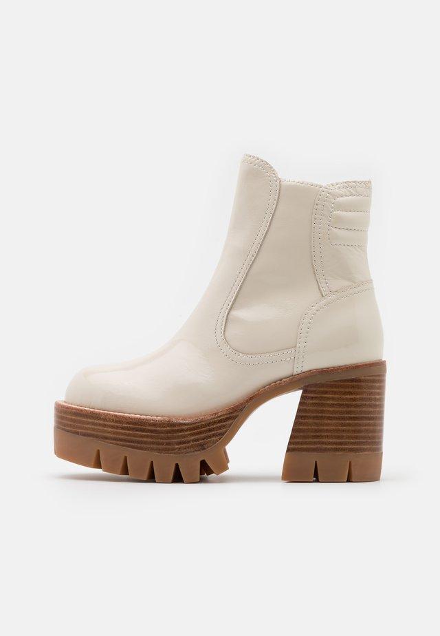 QUAVO  - Kotníkové boty na platformě - ice