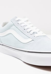 Vans - UA OLD SKOOL - Matalavartiset tennarit - baby blue/true white - 2
