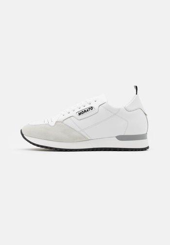 RUN CREWEL - Trainers - white