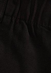 Bershka - MIT STRETCHBUND UND GÜRTELSCHLAUFEN - Szorty jeansowe - black - 4