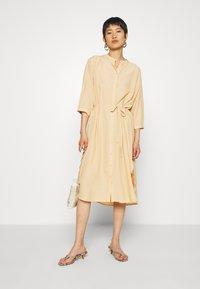 Moss Copenhagen - BENEDICTE MELODY 3/4 DRESS - Shirt dress - croissant - 1