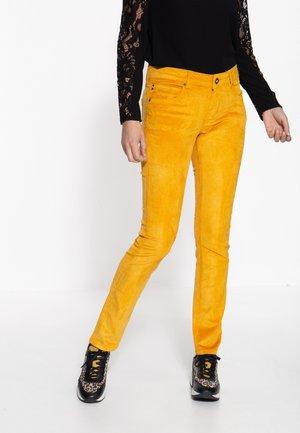 SLIM FIT - Trousers - gelb