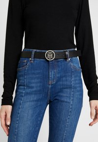 Tommy Hilfiger - ROUND BUCKLE BELT - Belt - black - 1