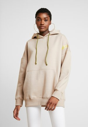 OVERSIZED HOODIE - Jersey con capucha - camel