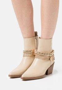 Bronx - JUKESON - Cowboy/biker ankle boot - camel - 0