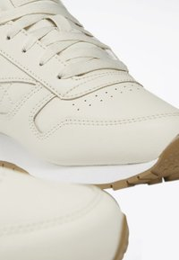 Reebok Classic - CLASSIC LEATHER SHOES - Trainers - white - 9